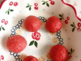 餐桌上的诗情画意~莲花酥,山楂馅买的现成的 分成五份 也可以用豆沙 莲蓉 你喜欢就好😂