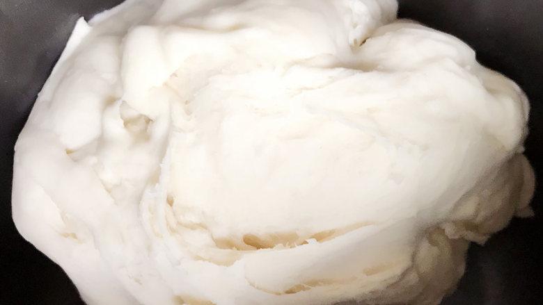 萝卜丝大肉包,面团所需其它材料混在一起,和面。揉至光滑面团,放温暖处发酵(可以放入烤箱38度左右发酵,半小时左右)。