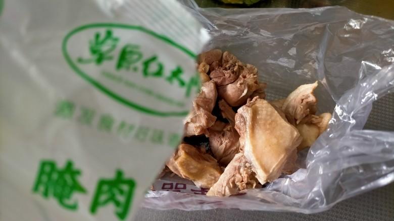 麻辣鸭边腿,找一个干净的塑料袋装鸭块,有密封袋更好,倒入水煮肉片调料包里面的腌肉包