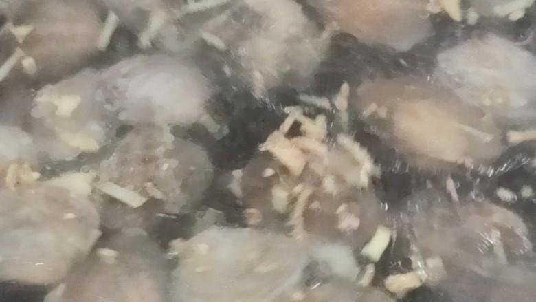 丝瓜花蛤汤,待花蛤开壳