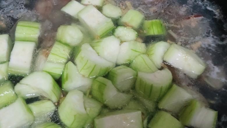 丝瓜花蛤汤,加入丝瓜