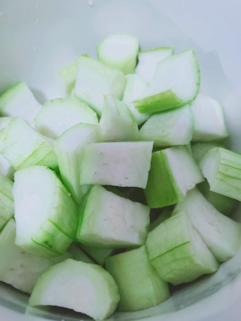丝瓜花蛤汤,切块