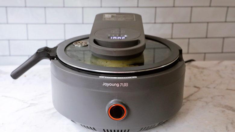 黄金芝士玉米烙,盖上锅盖,中小火焖煮10-15分钟