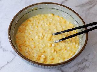 黃金芝士玉米烙,接著,用筷子朝著一個方向將它們全部攪拌均勻,得到如圖所示的樣子即可,如果太稀就加點淀粉,太干可以加點牛奶