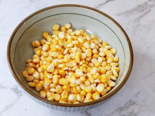 黃金芝士玉米烙,鍋中注入清水燒開,再將玉米粒放入煮2分鐘,再撈出瀝干水分,放入大一點的容器中
