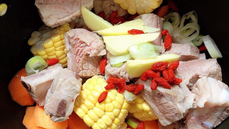 胡萝卜玉米排骨汤,放入葱姜,枸杞子。