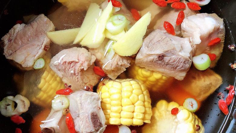 胡萝卜玉米排骨汤,加入1000ml水,选择排骨按键,40分钟即可煮熟。