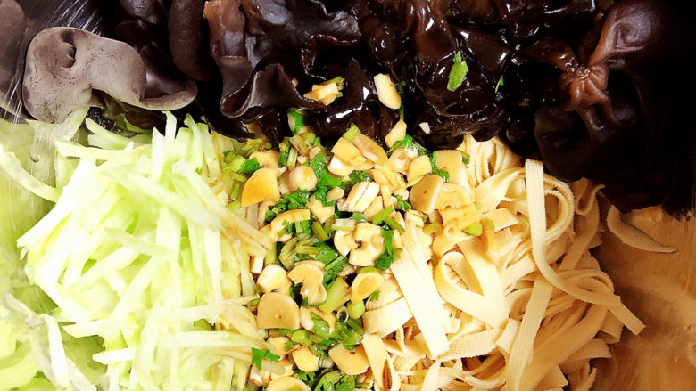 凉拌千张,将凉拌汁倒入蔬菜中。