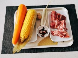 胡萝卜玉米排骨汤,食材准备好