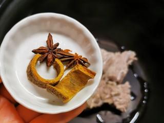 胡萝卜玉米排骨汤,排骨捞出放入压力锅内胆 放入八角桂皮