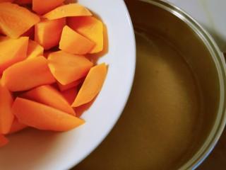 胡萝卜玉米排骨汤,放入胡萝卜块