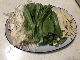 水煮龍利魚,配菜:金針菇去根,油麥菜洗凈去根切段,腐竹提前泡發切段。(配菜可自己喜歡隨意搭配)