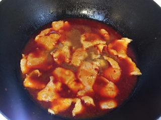 水煮龍利魚,轉小火,下腌制的魚片,先不要攪動,以防將魚片攪碎,待魚片稍微緊致一點,再用勺子從鍋邊慢慢攪,防止粘連,然后再大火燒開。