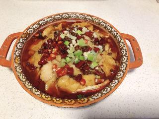 水煮龍利魚,撒上提前備好的配料(花椒、干辣椒、小米椒、蔥末、蒜末),澆上熱油,熗出香味。