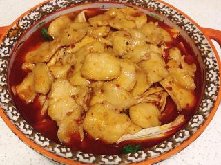 水煮龍利魚,待肉色變白,將魚片撈出平鋪到配菜上