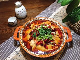 水煮龍利魚,最后再撒點香菜裝飾一下。