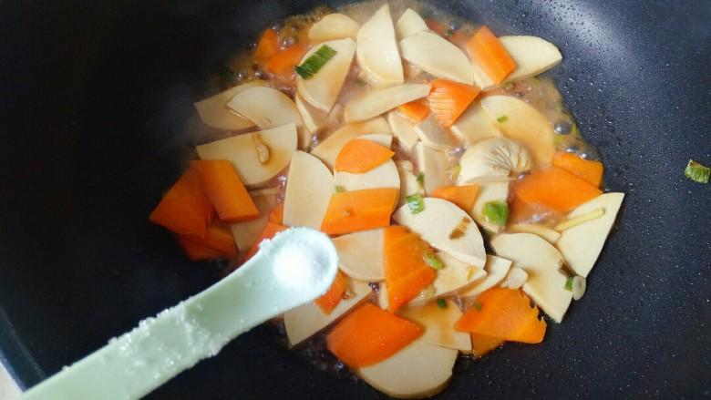青椒炒素鸡,加入一勺盐翻炒均匀,焖煮3分钟
