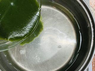 黄瓜牛奶甜凉粉,关火后慢慢倒入凉粉糊。