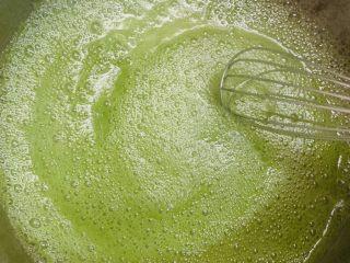 黄瓜牛奶甜凉粉,凉粉液煮开就可以啦。