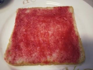 鸡蛋芝士全麦三明治,一片全麦面包片上涂上适量樱桃酱。