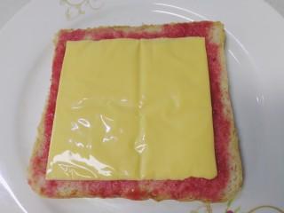 鸡蛋芝士全麦三明治,放上芝士片。