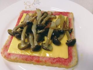 鸡蛋芝士全麦三明治,把煎好的蟹味菇放在芝士片上。