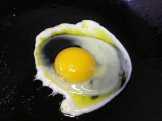 鸡蛋芝士全麦三明治,煎一个鸡蛋。
