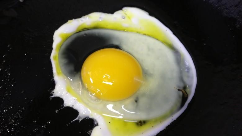 鸡蛋芝士全麦三明治,煎一个<a style='color:red;display:inline-block;' href='/shicai/ 9'>鸡蛋</a>。