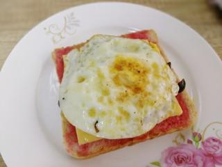 鸡蛋芝士全麦三明治,放上鸡蛋。
