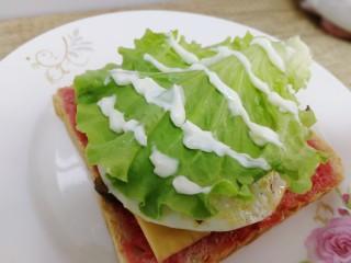 鸡蛋芝士全麦三明治,挤上沙拉酱。