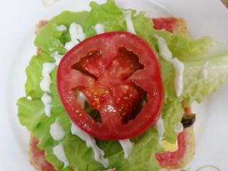 鸡蛋芝士全麦三明治,放一片番茄。