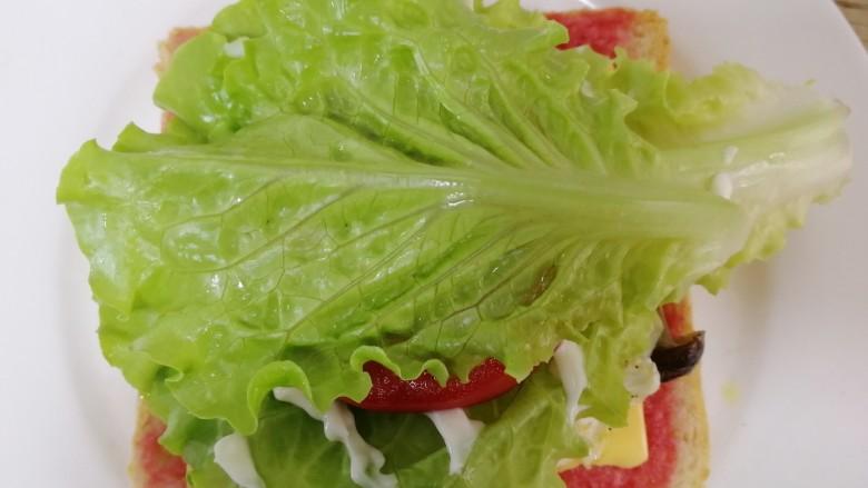 鸡蛋芝士全麦三明治,再铺一片生菜。