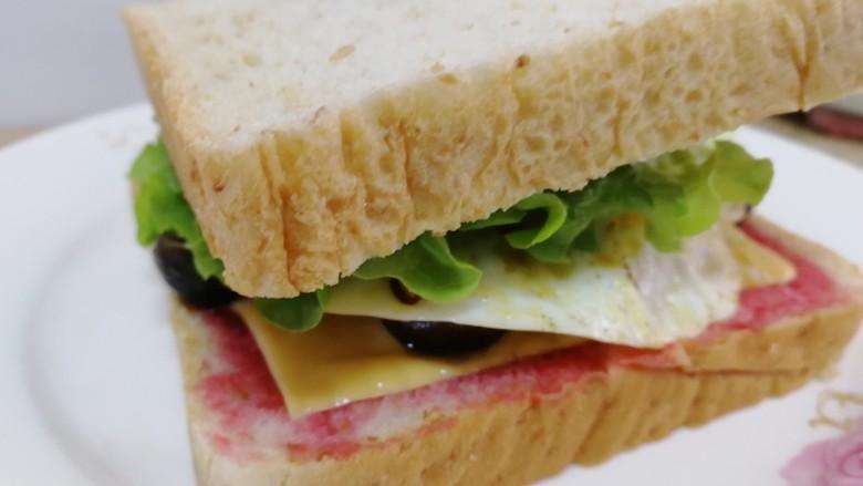 鸡蛋芝士全麦三明治,盖上另一片吐司,保鲜膜包紧。
