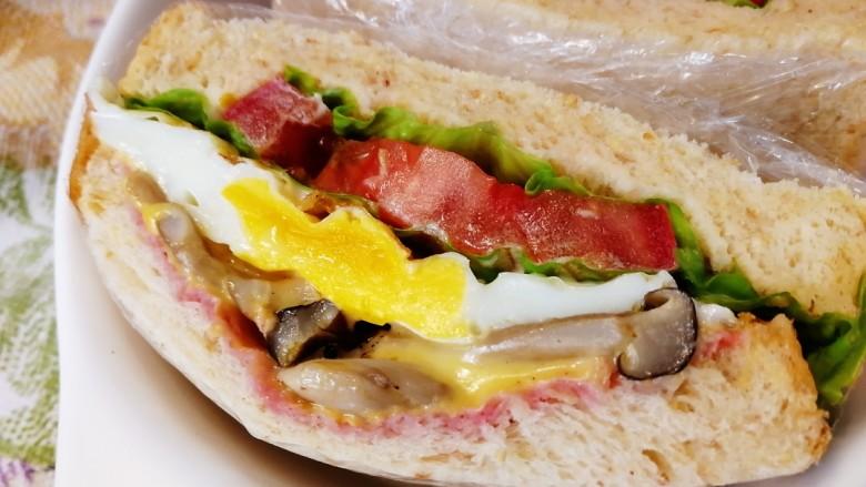 鸡蛋芝士全麦三明治,对半切开,蘑菇的温度让芝士慢慢融化。