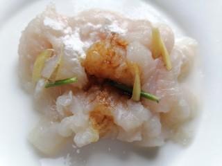 水煮龙利鱼,加入生抽、黄酒、生姜、生粉、葱将龙利鱼腌制十五分钟
