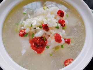 水煮龙利鱼,装入容器放上辣椒、蒜蓉辣酱、葱、蒜末