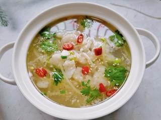 水煮龙利鱼,浇上热油放上白芝麻和香菜点缀即可