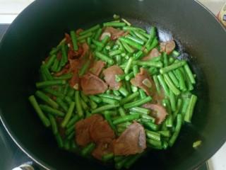 四季豆炒肉,水开后放入豆角翻拌均匀