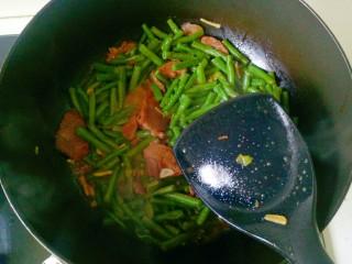 四季豆炒肉,盖上锅盖焖煮10分钟,加入一勺盐翻炒均匀即可