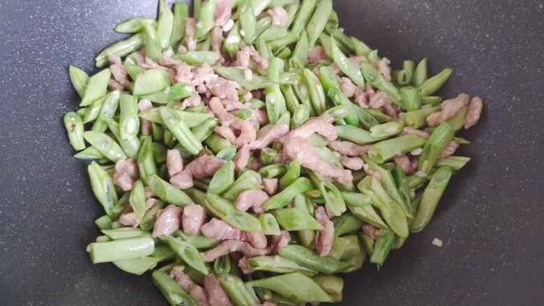 四季豆炒肉,翻炒均匀