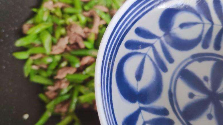 四季豆炒肉,加小半碗热开水