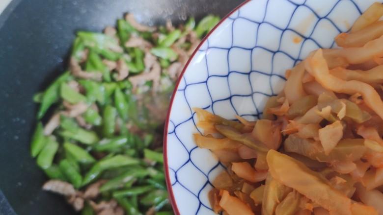 四季豆炒肉,待锅内汤汁差不多收紧,加入榨菜
