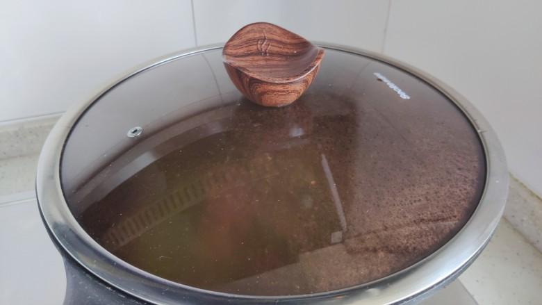 四季豆炒肉,盖上锅盖,转小火焖煮3分钟