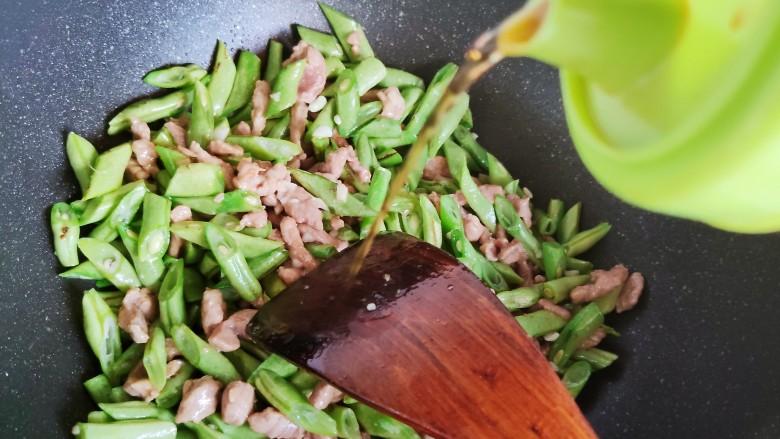 四季豆炒肉,加少许料酒