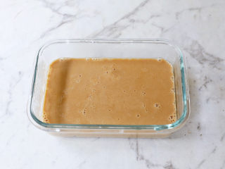 咖啡奶冻,将煮好的咖啡液倒入装有芋圆的容器中,放凉至凝固,也可以放入冰箱冷藏至凝固,等咖啡液凝固后切成小块即可