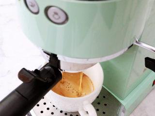 咖啡奶冻,首先先制作咖啡液,我用的是马克西姆意式咖啡机,20克粉打了差不多约160克的浓缩咖啡液