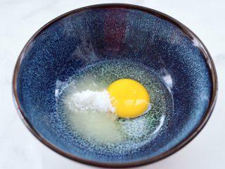 奶香水果干华夫饼,碗里先打入鸡蛋,加入白糖。