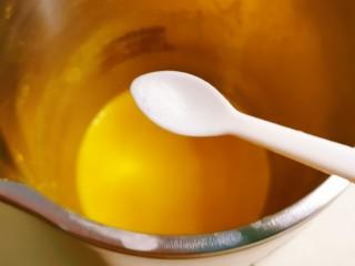 奶油南瓜汤,趁热放入盐