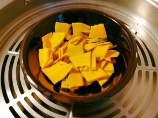 奶油南瓜汤,放入蒸锅 蒸锅水烧开 蒸12分钟