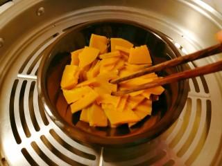 奶油南瓜汤,时间到了 用筷子试探一下是否成熟  轻松穿透  已经熟了